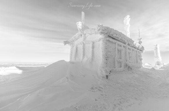 Замръзнали сгради на Черни връх