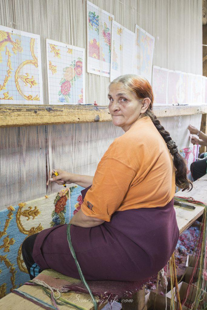 Тъкачка в Цехът за килими в Костандово