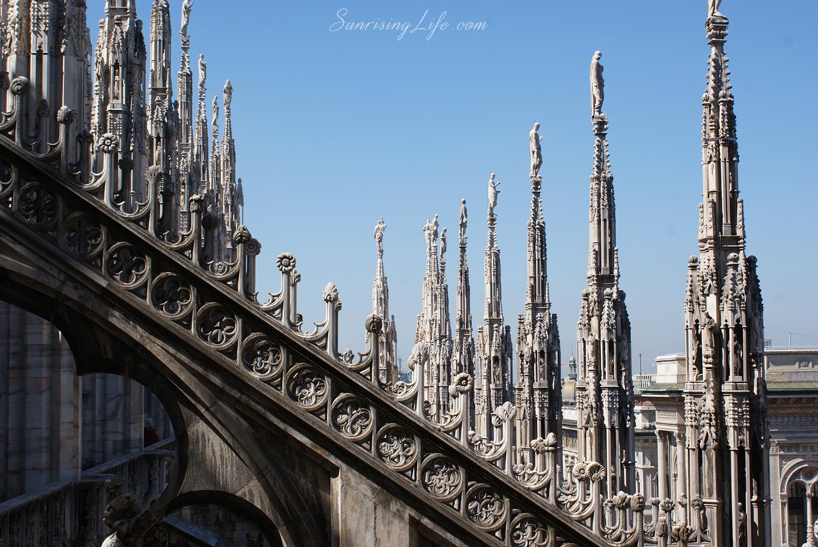 На покрива на катедралата в Милано, Италия