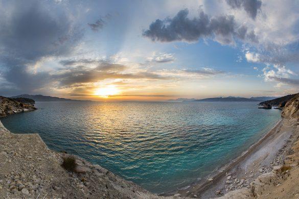 Албански плаж с падащи камъни