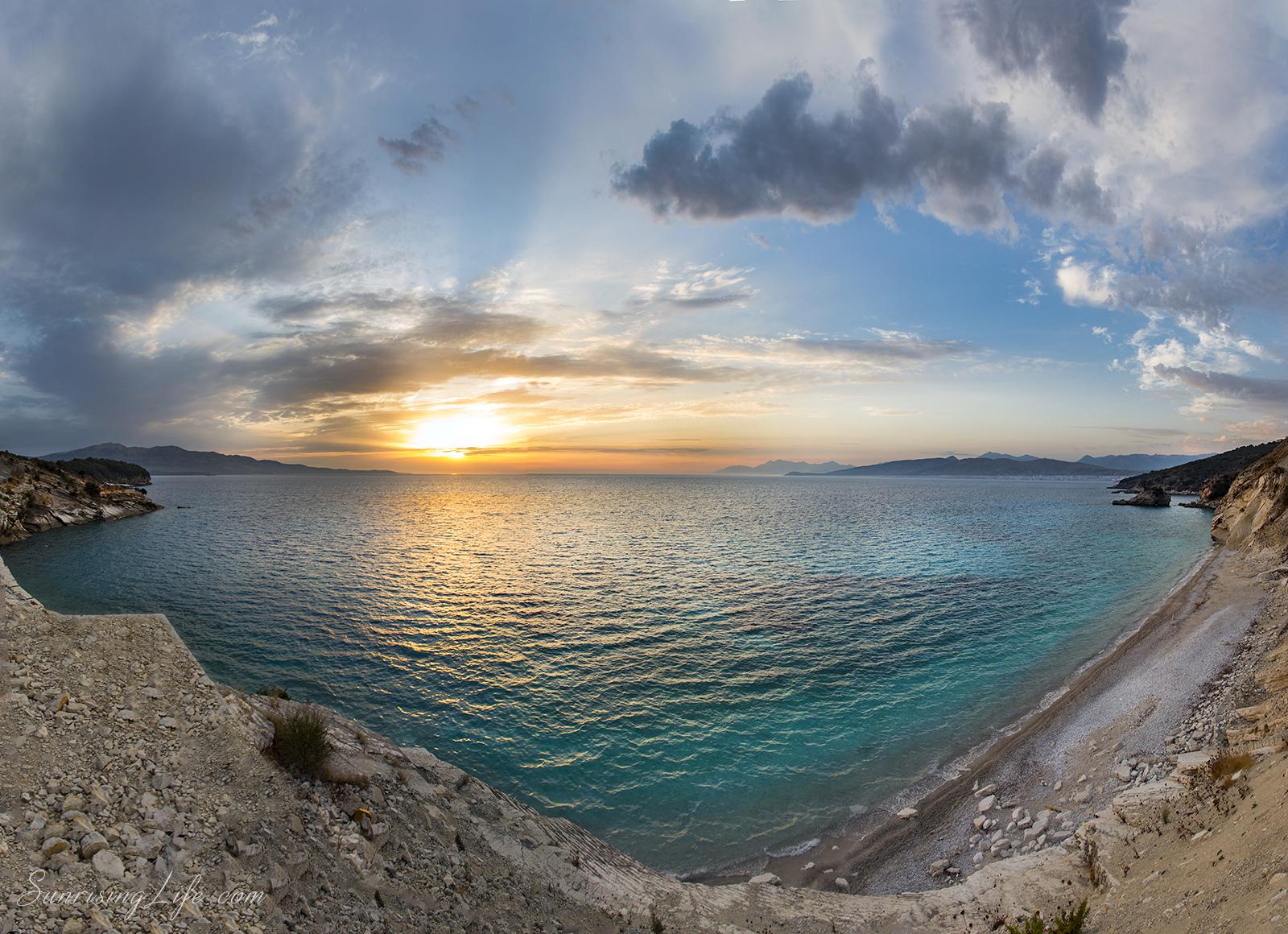 Залез от безлюден албански плаж