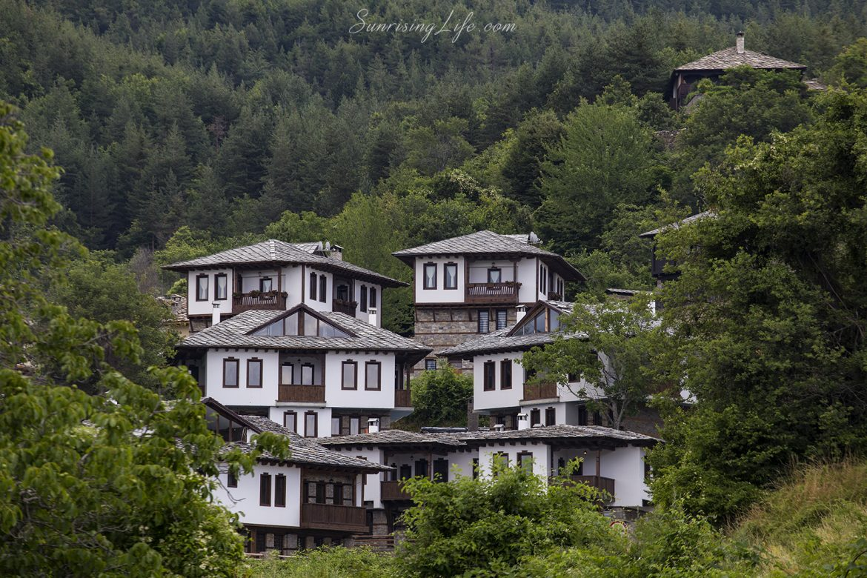 Глинената къща в село Лещен