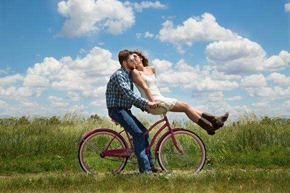 Двойка с колело в полето