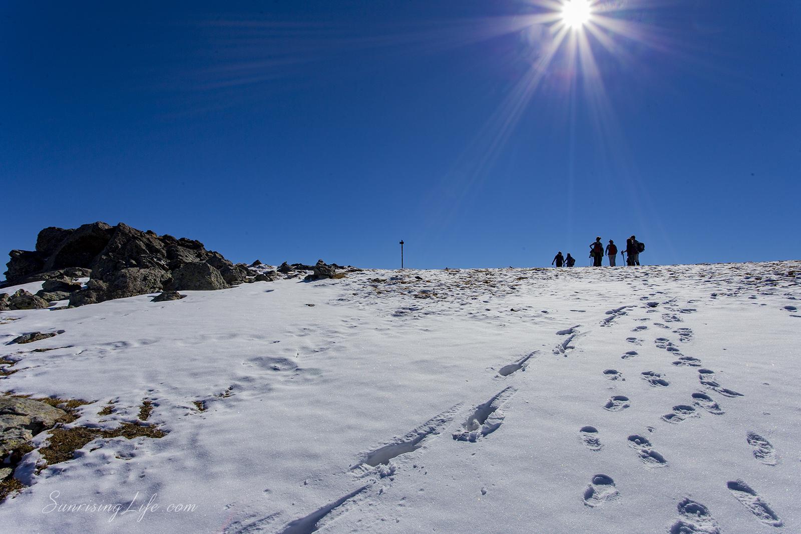 Стъпки в снега под слънцето