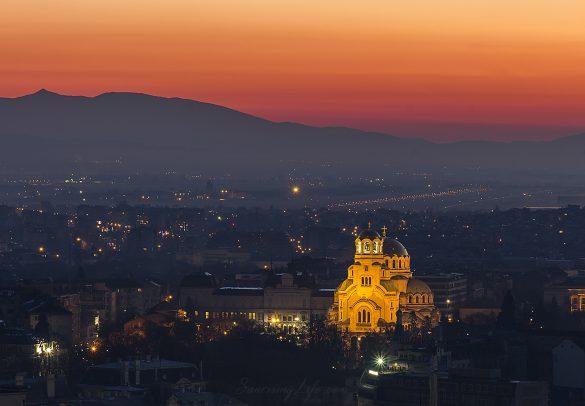"""Катедралата """"Св.Александър Невски"""" преди изгрев"""