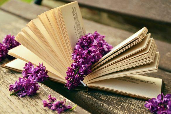 Разлистена книга с цветя