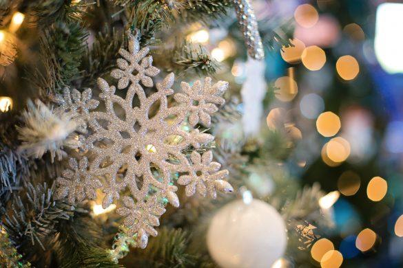 Снежинка на елха по коледа
