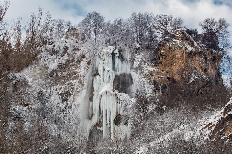 Ледени блокове и големи висулки при водопад Полска Скакавица