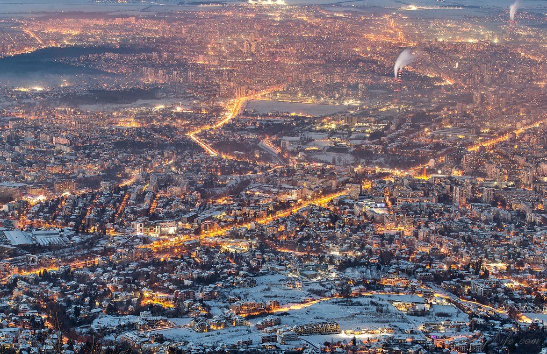 Зимна гледка от Копитото, над София по залез слънце през зимата.