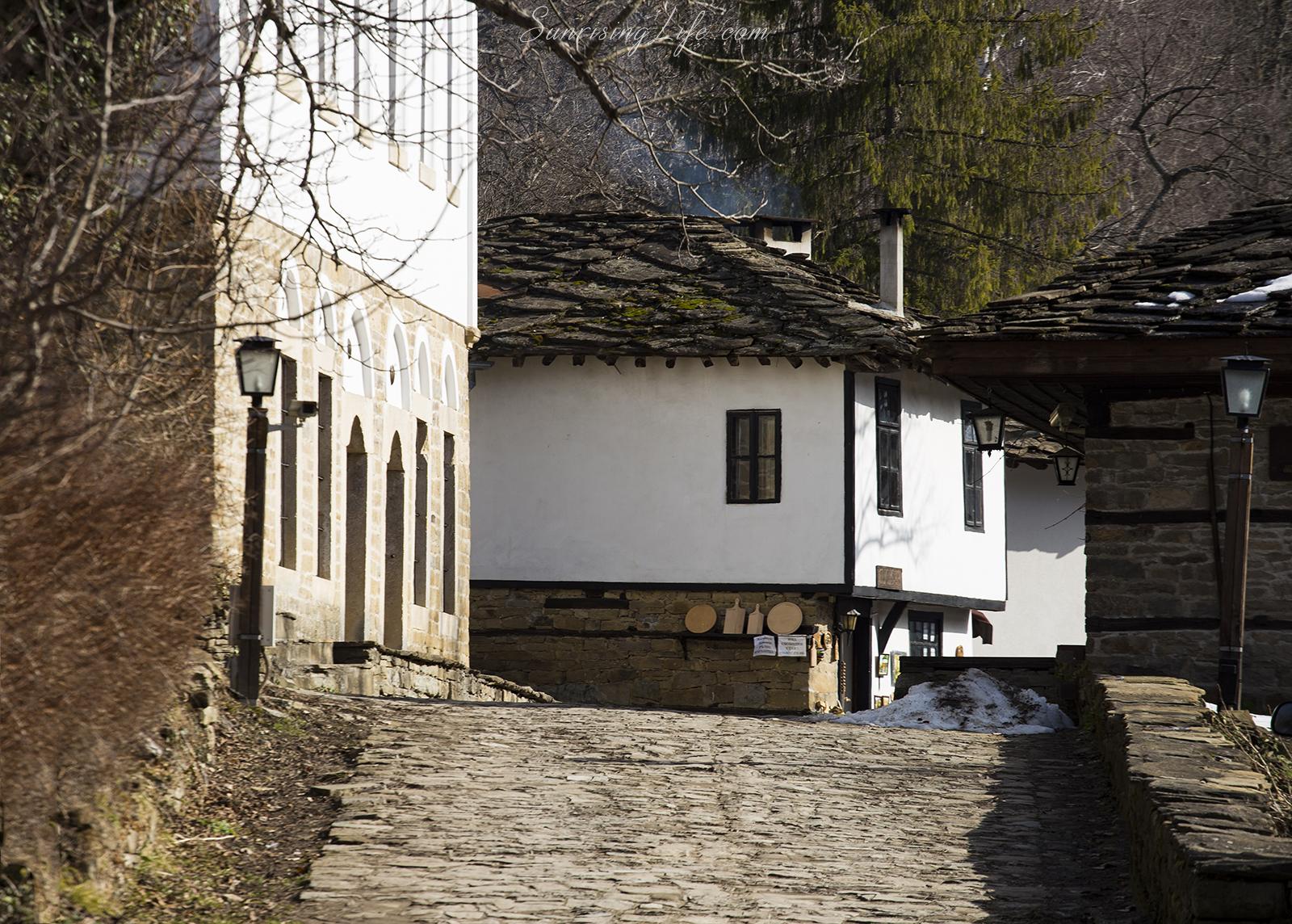 Входът в село Боженци
