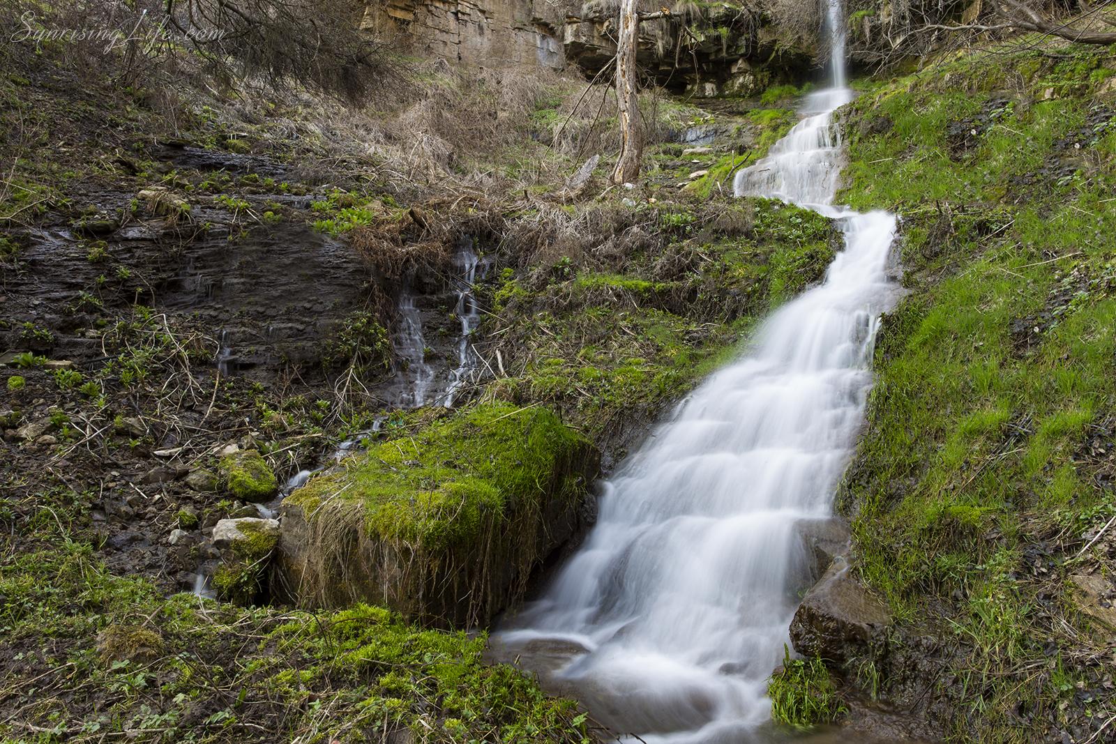 Вляво от водопада, Водопад Под Камико