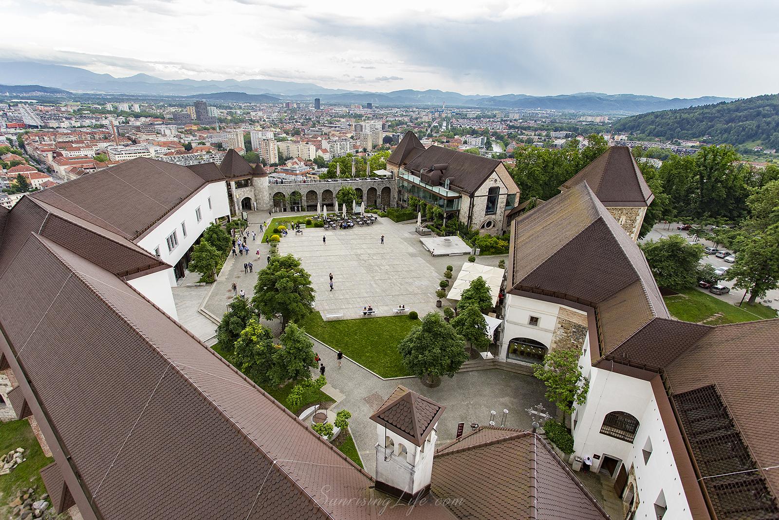 Дворът на замъка в Любляна от високо, Забележителности в Любляна