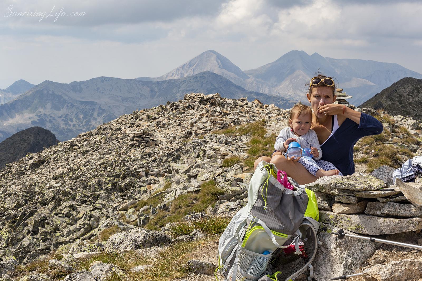 на връх полежан с бебе